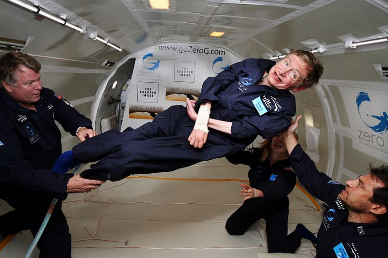 Stephen Hawking (centro) experimenta gravedad cero durante un vuelo a bordo de un avión Boeing 727 modificado, propiedad de la Zero Gravity Corporation | Crédito: Jim Campbell/NASA